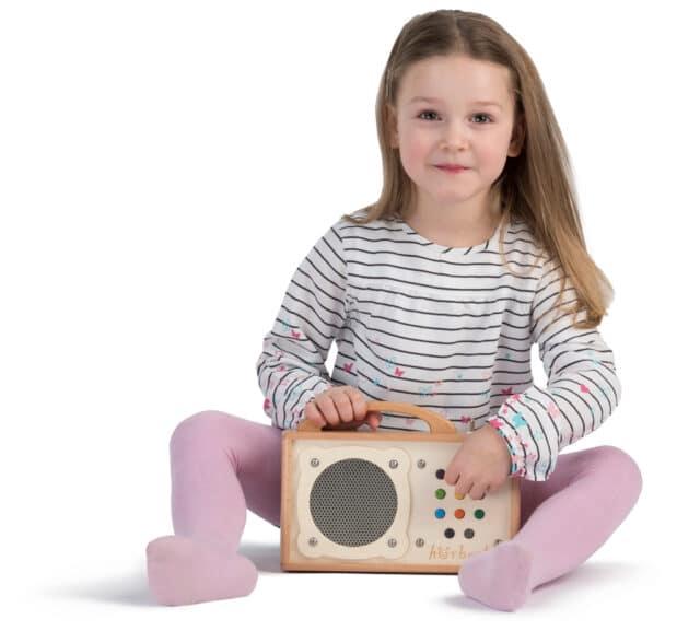 Ein Mädchen mit seinem Kindermusikspieler