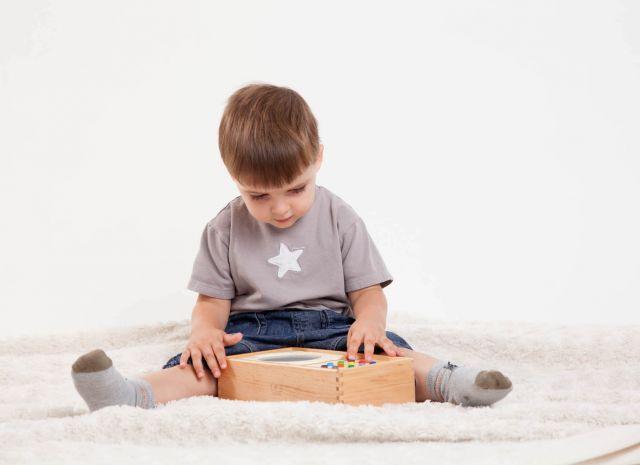 Ein Junge hört Musik auf seinem mp3 Player für Kinder