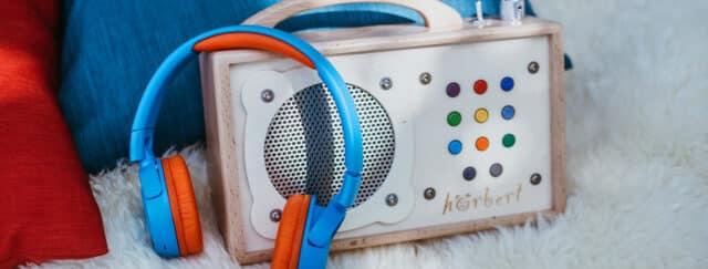 hörbert mit einem Bluetooth-Kopfhörer